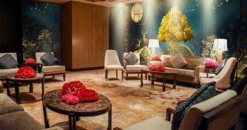วอลเปเปอร์พิมพ์ลาย กวางเรนเดียร์ชมจันทร์ กับ ต้นไม้สีทอง ติดผนังห้องนั่งเล่น แบบที่ 14-EX1